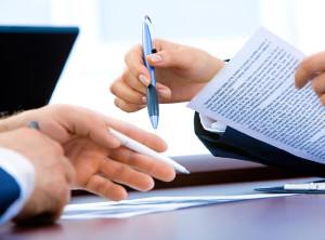 Договір, ручка, руки